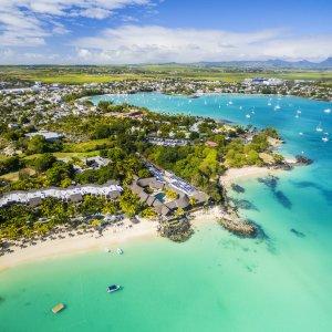 MA.Nordkueste Luftaufnahme der nordöstlichen Küste von Mauritius mit türkisblauem Wasser und grünen Landstriche