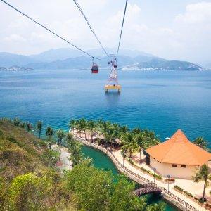 VN.Nha_Trang_Vinepearl_Cable_Car Der Blick vom Berg auf eine über das Meer führende Seilbahn.