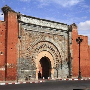 MA.Marrakesch.Stadttor Hohe rote Stadtmauern und Durchgang nach Marrakesch, Marokko