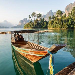 TH.AR.Khao Sok Nationalpark Boot Ein traditionelles Longtail Boot auf dem Wasser