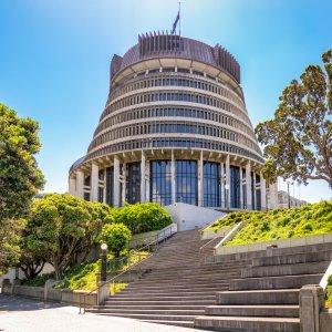 NZ.Wellington_Beehive_Nationalparlament Der Blick von unten auf das einem Bienenstock ähnelnden Gebäude des Nationalparlaments.