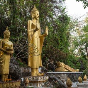 Laos.Mount_Phousi_Statuen Goldene, buddhistische Statuen auf dem Mount Phousi