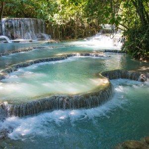 Laos.Kuang_Si_Wasserfall  Türkisblaue Sinterterassen am Kuang-Si-Wasserfall in Laos