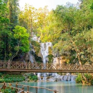 Laos.Kuang_Si_Wasserfall Der plätschernde Kuang-Si-Wasserfall umringt von grüner Idylle