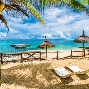 """MU.Suedkueste.Blue_Bay Idyllischer Sandstrand """"Blue Bay"""" mit Palmen, Strohschirmen und türkis blauem Wasser an der Südküste von Mauritius"""