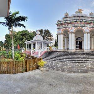 MU.Nordkueste.Tempel Weißer Hinduistischer Tempel mit bunten Verzierungen in Triolet, Mauritius