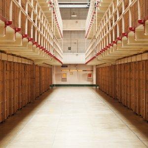 Blick in einen Zellentrackt von Alcatraz