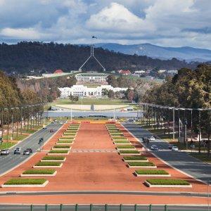 AU.Canberra_Anzac_Parade Der Blick vom War Museum über die weitläufige Anzac Parade zum Parliament House.