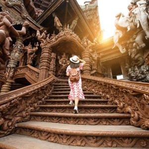 TH.AR.Pattaya Sanctuary of Truth Frau Eine Frau von hinten, die die Treppen des Sanctuary of Truths hinaufsteigt