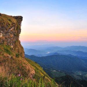 Laos.Phu_Chi_Fa Romantische, abendliche Dämmerung am Berg Phu Chi Fa