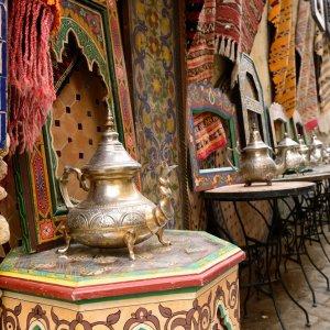 MA.Tanger.Tee marokkanische Tee Service in einer Gasse in Tanger, Marokko