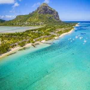 """MU.Suedkueste Luftaufnahme der Strandküste und Palmen bewachsener Vegetation vom Strand """"Le Morne Brabant"""" an der Südküste von Mauritius"""