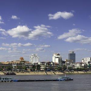 KH.Phnom_Penh_Fluss Der Blick auf das Flussufer in Phnom Penh, Kambodscha.