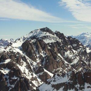 MA.POI Atlas Gebierge Toubkal Der Toubkal bedeckt von einer leichten Schneeshicht.
