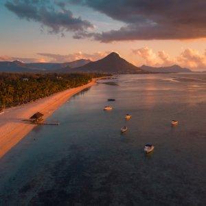 MA.Flic en Flac Sunset Luftaufnahme von der Strandküste von Flic en Flanc bei Sonnenuntergang, Mauritius