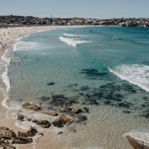 AU.Sydney_Bondi_Beach Der Blick über den von Menschen gefüllten Strand Bondi Beach in Sydney.