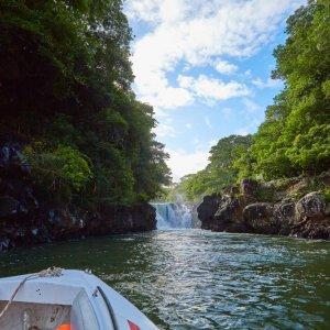 MA.Ostkueste.Grand_River Blick vom Boot zum Wasserfall des Grand Rivers an der Ostküste von Mauritius