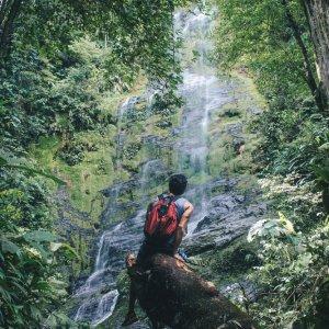 RE.POI.Réunion Nationalpark 2 Ein Mann vor einem Wasserfall