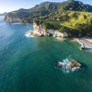 NZ.Coromandel_Halbinsel Der Blick auf die steinig grüne Küste der Coromandel Halbinsel.