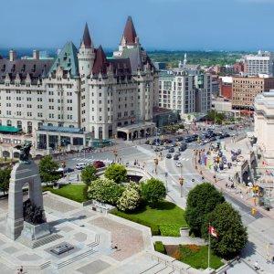 CA.Ottawa.Luftaufnahme Luftaufnahme aus den Straßen von Ottawa, links im Bild ein Nationale Kriegsdenkmal aus Beton