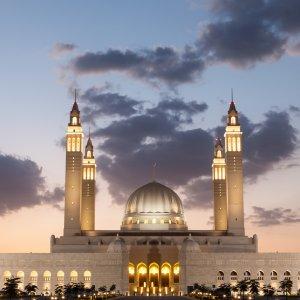 OM.Nizwa Blick auf die große Moschee in Nizwa im Oman während der Abenddämmerung