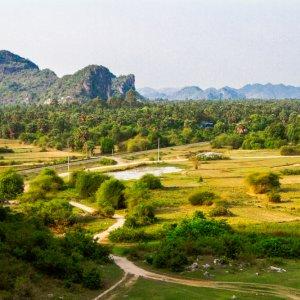 KH.Kep_Natur Der Blick auf die Felsenlandschaft umgeben von grüner Natur in der Nähe von Kep, Kambodscha.