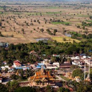 KH.Battambang Der Blick von oben auf die Stadt Battambang mit ländlicher Region im Hintergrund.