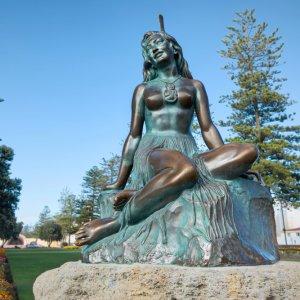 NZ.Napier Pania-of-the-Reef-Statue Der Blick von unten auf die Statue der Pania.