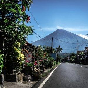 "Bali.Amed.Straße Straße zum Vulkan ""Mount Agung"" in Amed, Bali"