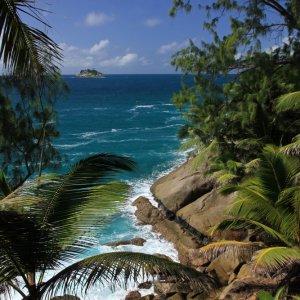 SC.Nationalpark.Kueste Blick durch tropischen Dschungel auf die Felsküste der Insel Saint Anne, Seychelles