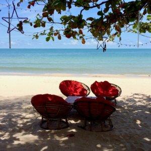 KH.Sihanoukville_Ochheuteal_Beach Der Blick zwischen Blättern auf das Meer und den Ochheuteal Beach in Sihanoukville, Kambodscha.