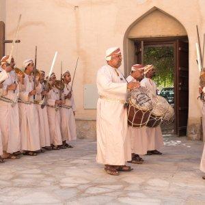 OM.POI.Nizwa Fort 7 Aufführung eines traditionellen Tanzes