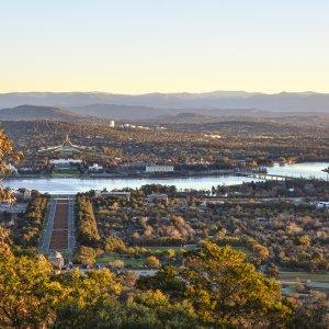 AU.Canberra Der Blick von oben auf die Stadt.