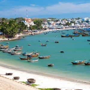 VN.Mui_Ne_Hafen Der Blick auf die Bucht von Mui Ne mit zahlreichen bunten Booten.