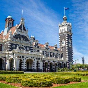 NZ.Dunedin_Railway_Station Der Blick von unten auf das historische Gebäude der Dunedin Railway Station.