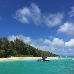 SC.Curieuse_Island_Boot Der Blick auf die Bucht der Insel Curieuse mit Booten im Vordergrund.