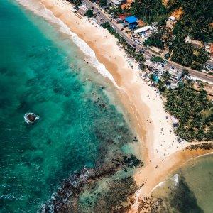 LK.Mirissa.aerial_view Der Strand von Mirissa (Sri Lanka) aus der Vogelperspektive