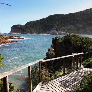 ZA.Knysna.Landschaft Kleine, hölzerne Brücke vor der Küstenlandschaft von Knysna, Südafrika