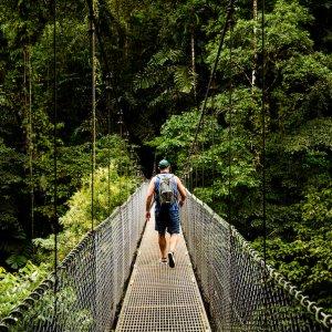 CR.Vulkan Arenal 3 Person auf einer Hängebrücke im Dschungel