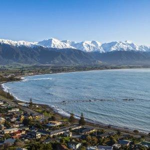 NZ.Kaikoura Der Blick von oben über die Küste und den Ort Kaikoura.