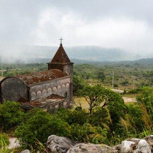 KH.Kampot_Bokor_Hill_Station Der Blick auf eine verlassene Kirche auf dem Bokor Berg bei Kampot, Kambodscha.