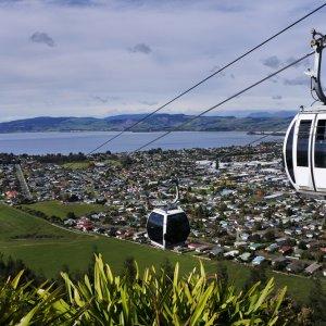 NZ.Rotorua_Mount_Ngongotaha Der Blick vom Berg auf die Seilbahn mit Sicht auf die Stadt.