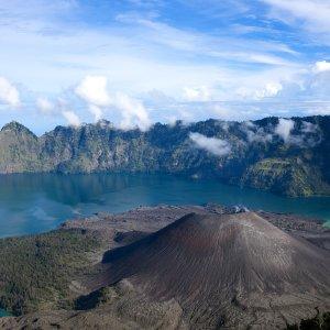 Lombok.Mount_Rinjani Der Vulkan Rinjani mit umliegenden See