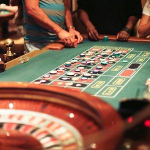 US.AR.Las Vegas Roulette Blick auf einen Roulette Tisch mit Spielern
