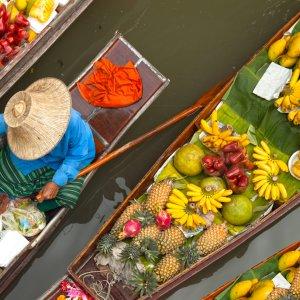TH.Schwimmender Markt Ein thailändischer Verkäufer auf dem schwimmenden Markt aus Vogelperspektive