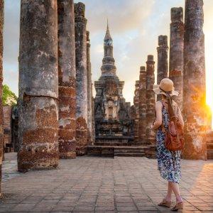 TH.AR.Sukhothai Historical Park Der Historical Park mit einer Frau bei Sonnenuntergang