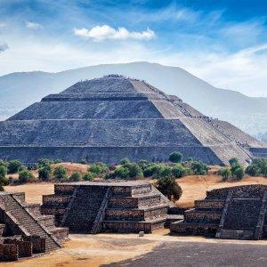 MX.POI.Sonnenpyramide von Teotihuacán 3 Pyramide mit Gebirge im Hintergrund