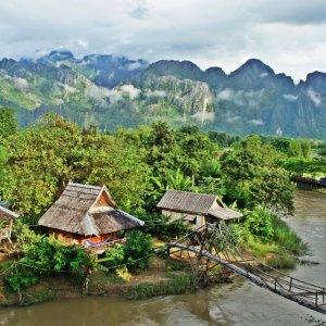 LA.Vang_Vieng_Landschaft Der Blick auf ein kleines Dorf umgeben von der mit Feldern und Kalksteinformationen geprägten Landschaft in der Nähe von Vang Vieng, Laos.