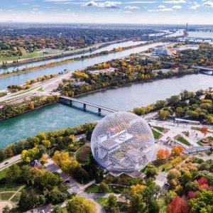 """CA.Montreal Der St. Lawrence River und das anliegende Museum """"Biosphère Montreal"""" in Montreal aus der Vogelperspektive"""
