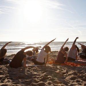 CR.Montezuma_Yoga Der Blick auf eine Yogasession am Strand mit mehreren Personen.